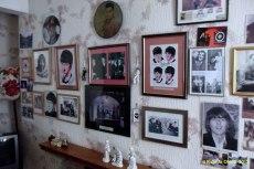 La sala de la casa de Ringo está convertida en un pequeño museo en honor al rock clásico