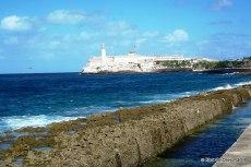 Malecón con el castillo del Morro de fondo
