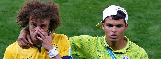 David Luiz sale consolado por Thiago Silva después del partido.