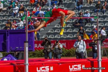 Humberto Arreola, saltador de altura, libra la marca de 2.10 metros, ante la mirada atenta de los asistentes en el Estadio Heriberto Jara de Xalapa.