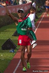 Tras ganar los 5 mil metros planos, Juan Luis Barrios llevó a su hija a la pista para la celebración de su sexto oro en Juegos Centroamericanos. Días más tarde, Barrios se llevó su séptimo metal dorado en los 10 mil metros.