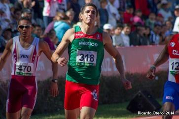 Sol y sombra. Al llegar en tercer lugar durante los 200 metros planos de Veracruz 2014, Carlos Herrera parecía estar algo decepcionado de su actuación, sin embargo, en el podio lució sonriente y tardó pocos minutos en darle valor a su presea de bronce, que cerró el mejor año de su trayectoria deportiva.