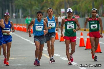 No todo es glamour en el atletismo. Erick Barrondo, de Guatemala, escupe durante la caminata de 50 kilómetros de Veracruz 2014. Barrondo se llevaría el oro, mismo que se le negó 6 días antes al ser descalificado de los 20 kms. a solo 30 metros de la meta, cuando era líder.
