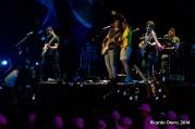 Incontables deportistas burlaron la muy laxa valla de seguridad en torno al cantautor colombiano Juanes durante la clausura de Veracruz 2014. Aquí una de las afortunadas que pudo alcanzar a su ídolo.