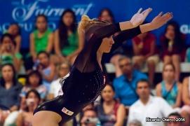 La polaca Marta Phizan-Kulesza trata de mantener el equilibrio en la Viga durante el Abierto Mexicano de Gimnasia.