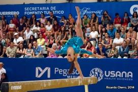 El esfuerzo que implica mantenerse arriba de una viga con solo 10 centímetros de ancho es todo un reto para cualquier gimnasta, como lo demuestra la canadiense Hélody Cyrenne.