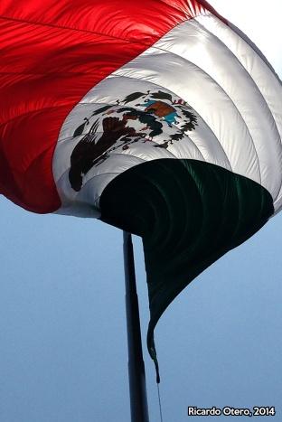 Pareciera que le levanté la falta a la bandera del Zócalo de la Ciudad de México, en una mañana muy soleada, pero también con mucho viento. Simplemente me encantó esta perspectiva.