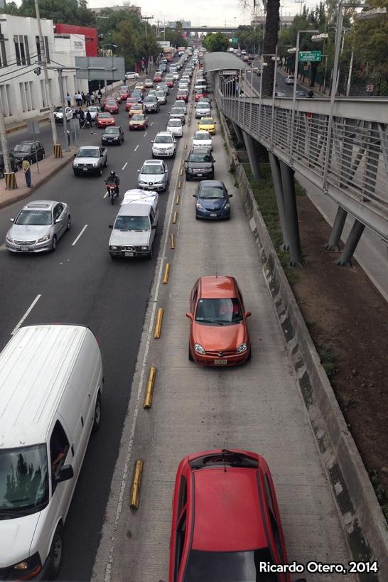 Para los que no están familiarizados con el transporte de la Ciudad de México, el carril de concreto es exclusivo para el Metrobús. Cerca de Villa Olímpica, sobre Avenida de los Insurgentes, y prácticamente sin importar la hora, cientos de vehículos invaden este carril, incluso con complicidad de policías de tránsito.